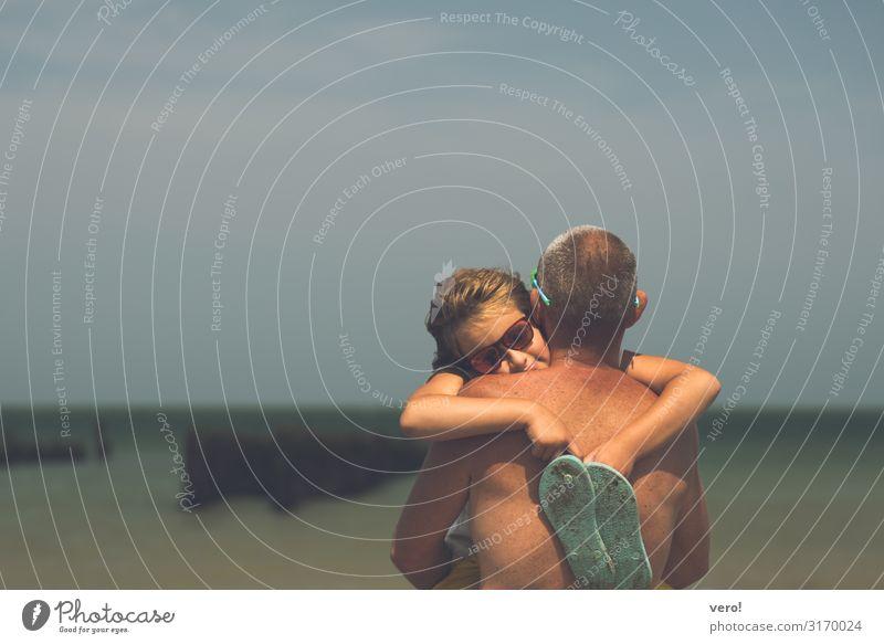 Ein Tag am Strand.. Sommer Meer Kind Vater Erwachsene Kopf Rücken 2 Mensch Natur Wasser Schönes Wetter Sonnenbrille Flipflops brünett berühren Bewegung Erholung