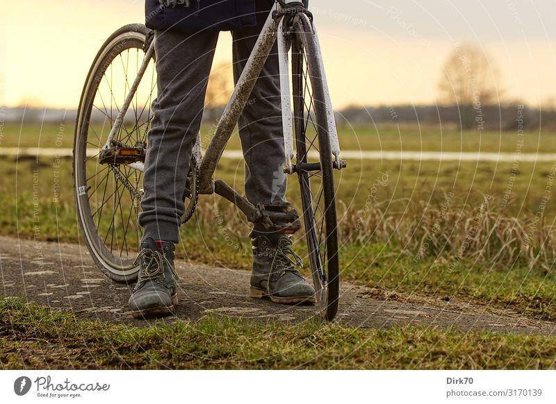 Radtour auf unbefestigten Wegen. Freizeit & Hobby Ausflug Fahrradtour Fahrradfahren Mädchen Kindheit Jugendliche Beine 1 Mensch 8-13 Jahre Natur Landschaft
