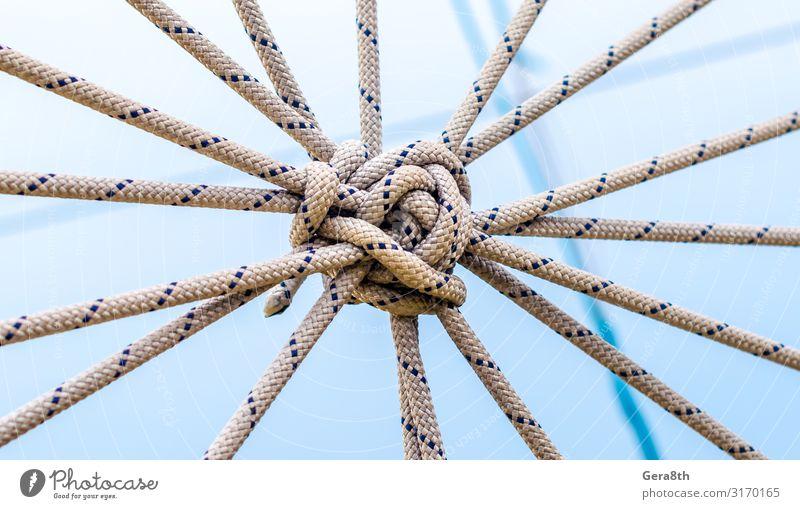 viele Seile und ein großer Knoten gegen den blauen Himmel. Klettern Bergsteigen Kabel Werkzeug Versicherung Hintergrund blanko blauer Himmel Himmel