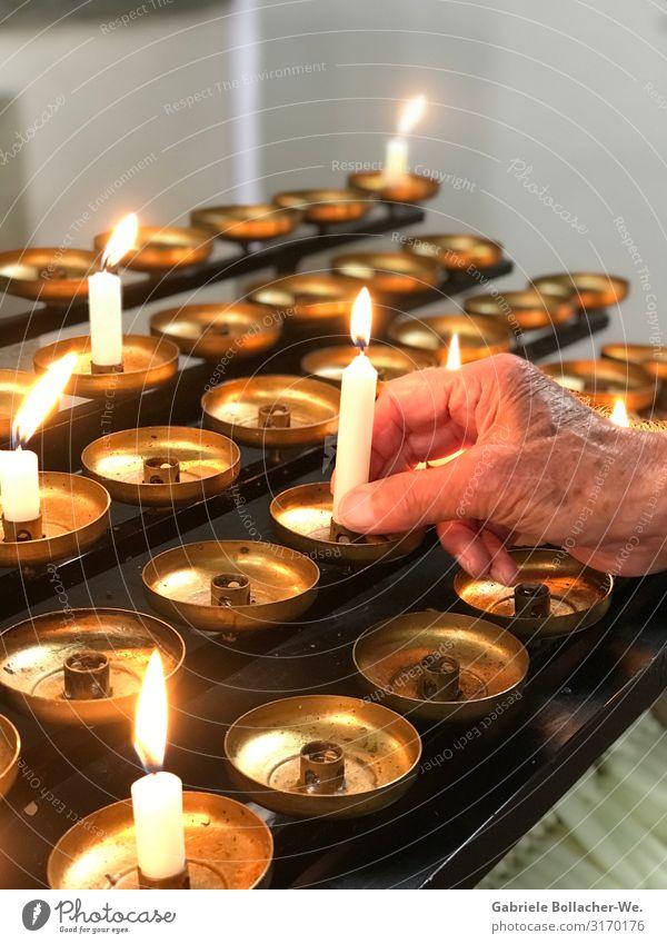 Andacht Kerze Metall Gefühle trösten dankbar Glaube Traurigkeit Religion & Glaube Hoffnung Liebe Tradition Farbfoto Innenaufnahme Licht