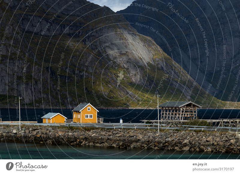 Kleines gelbes Haus am Fjord vor Bergen Ferien & Urlaub & Reisen Natur Landschaft Herbst Berge u. Gebirge Sakrisøy Reine Lofoten Norwegen Skandinavien Dorf