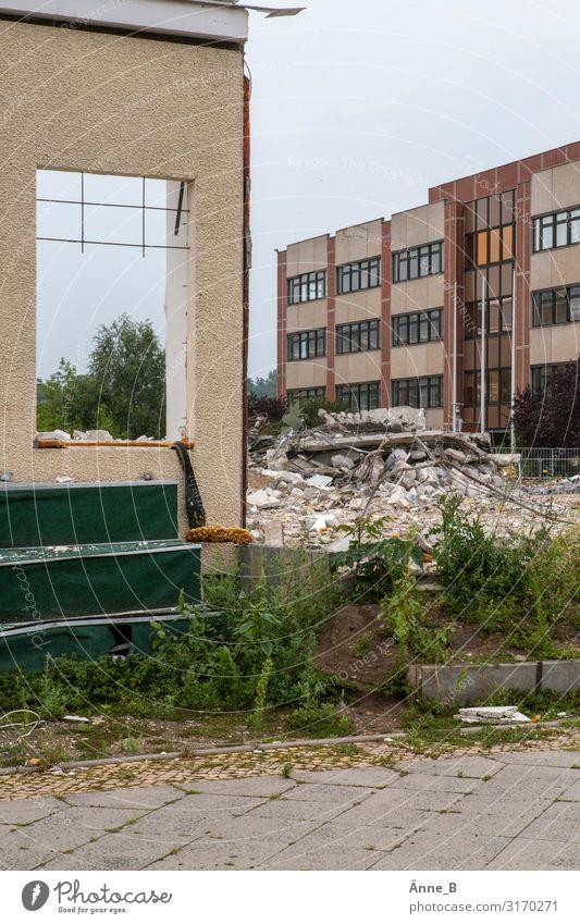 Altes Gebäude wird abgerissen, um ein neues Gebäude zu errichten Abrissgebäude Baustelle Menschenleer Bauwerk Ruine Mauer Wand Fassade Fenster Treppe Stein Sand