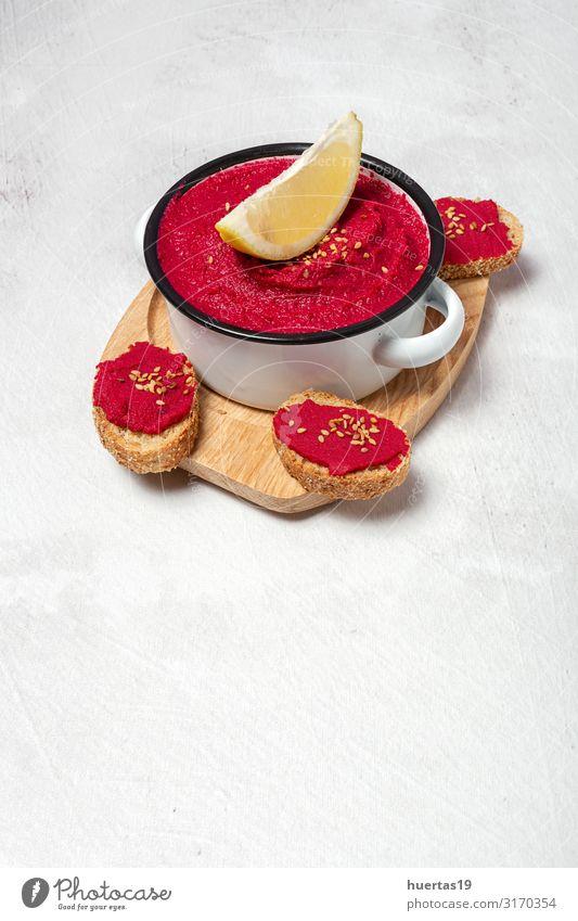 Hausgemachter Rote-Beete-Hummus mit Kichererbsen Lebensmittel Wurstwaren Gemüse Ernährung Mittagessen Abendessen Vegetarische Ernährung Diät Slowfood