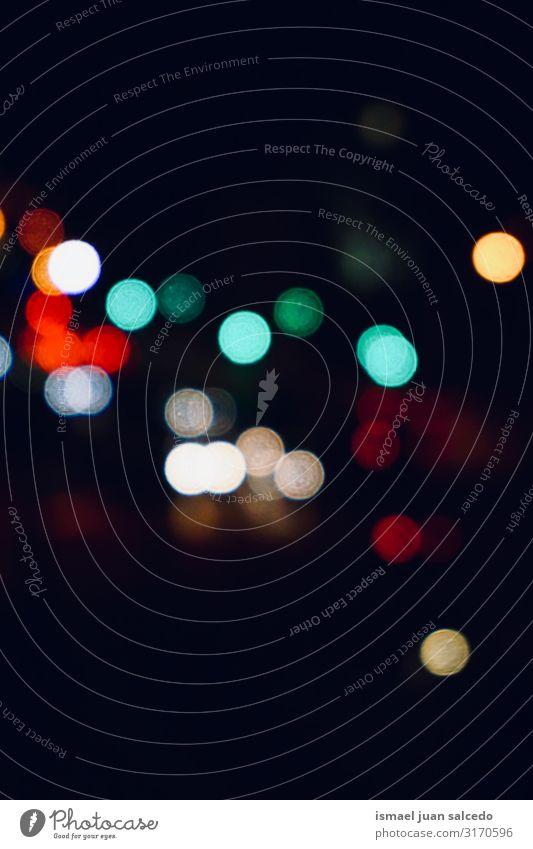 bunte Lichter bei Nacht auf der Straße in der Stadt Farbe mehrfarbig Unschärfe hell glänzend Großstadt Außenaufnahme abstrakt Muster Hintergrund neutral