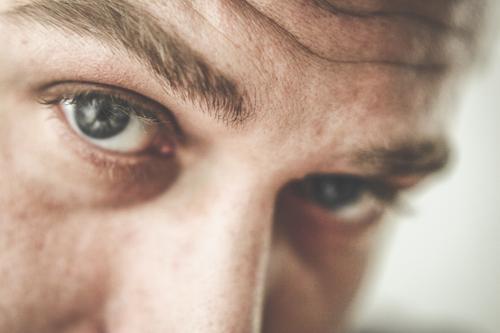 Portrait - Junger Mann Blickkontakt Lifestyle Stil schön Mensch maskulin Jugendliche Erwachsene Gesicht Auge 1 Gefühle Tapferkeit Optimismus Erfolg Kraft