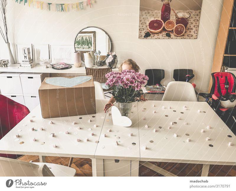 Sich ein Herz fassen Kind Mensch Freude Lifestyle Leben Innenarchitektur Gefühle Glück Feste & Feiern Stil Stimmung Häusliches Leben Design Wohnung