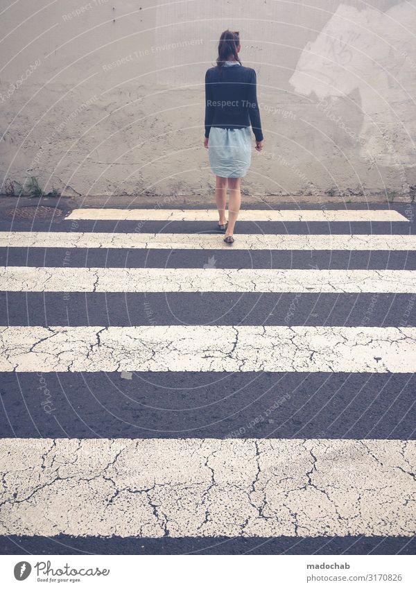 Fluchtweg - Frau läuft orientierungslos über Zebrastreifen Stadt Straße Erwachsene Wege & Pfade feminin Verkehr Schilder & Markierungen Hinweisschild Zeichen