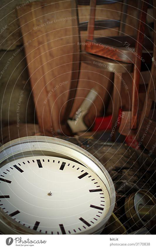 Alte, kaputte Uhr in einem Möbellager Dekoration & Verzierung Kitsch Krimskrams Ziffern & Zahlen alt Antiquität retro zeitlos Entschleunigung Stillleben