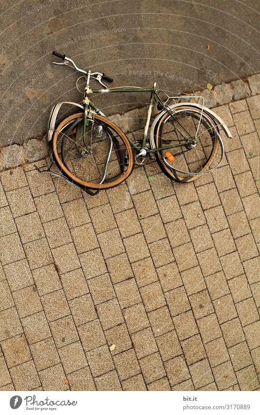 Altes, kaputtes Fahrrad liegt auf dem Gehweg Verkehr Verkehrsmittel Verkehrswege Fahrradfahren liegen alt Rechtschaffenheit Wut Ärger Rache Aggression Gewalt