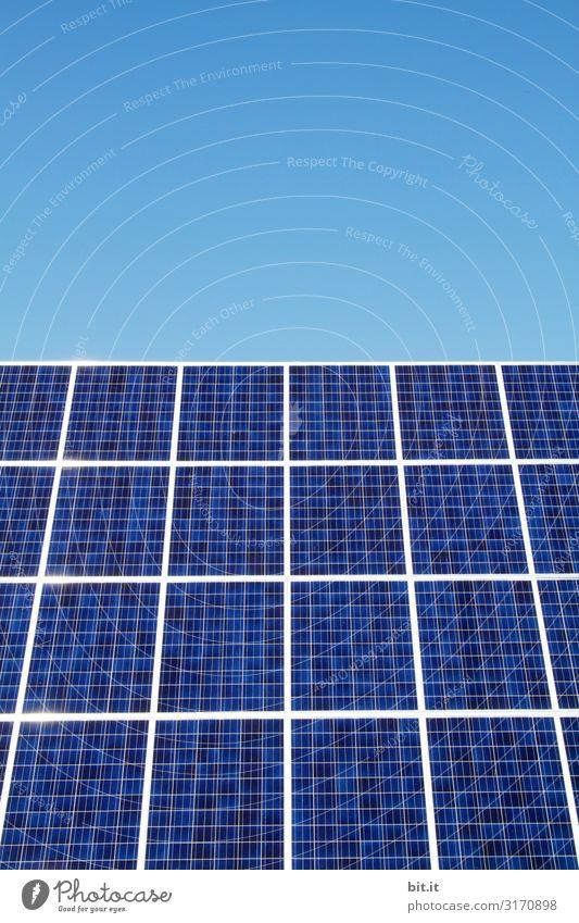 Solarzelle auf einem Dach, zur nachhaltigen Stromversorgung auf Dach, vor blauem Himmel. Umwelt Natur Klima Klimawandel Schönes Wetter Haus Umweltschutz