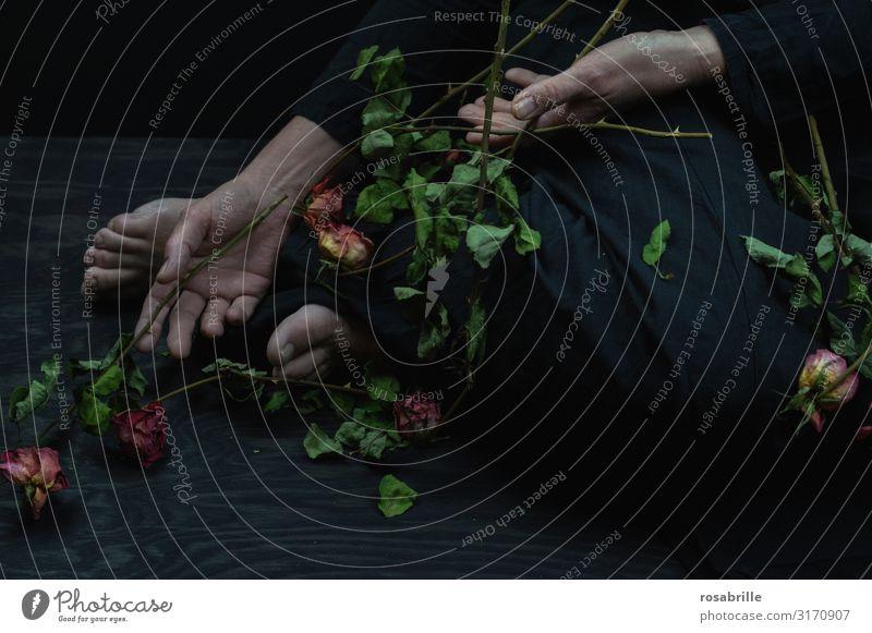 Ende einer Liebe | Weltschmerz Frau Erwachsene Blume Rose Treppe Blumenstrauß fallen Traurigkeit weinen dunkel schwarz Gefühle Trauer Tod Liebeskummer Schmerz