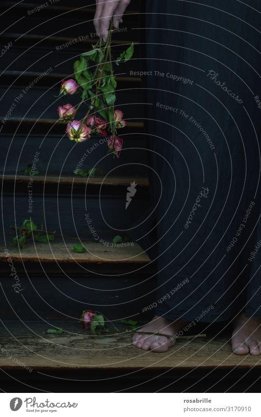 verblühte Liebe | Weltschmerz Frau Erwachsene Rose Treppe Blumenstrauß Traurigkeit weinen dunkel schwarz Gefühle Trauer Tod Liebeskummer Schmerz Sehnsucht