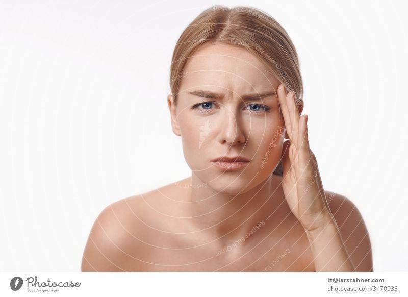 Porträt einer sexy blonden Frau, die die Stirn runzelt Haut Gesicht Behandlung Spiegel Bad Erwachsene 1 Mensch 18-30 Jahre Jugendliche alt Fürsorge Teint