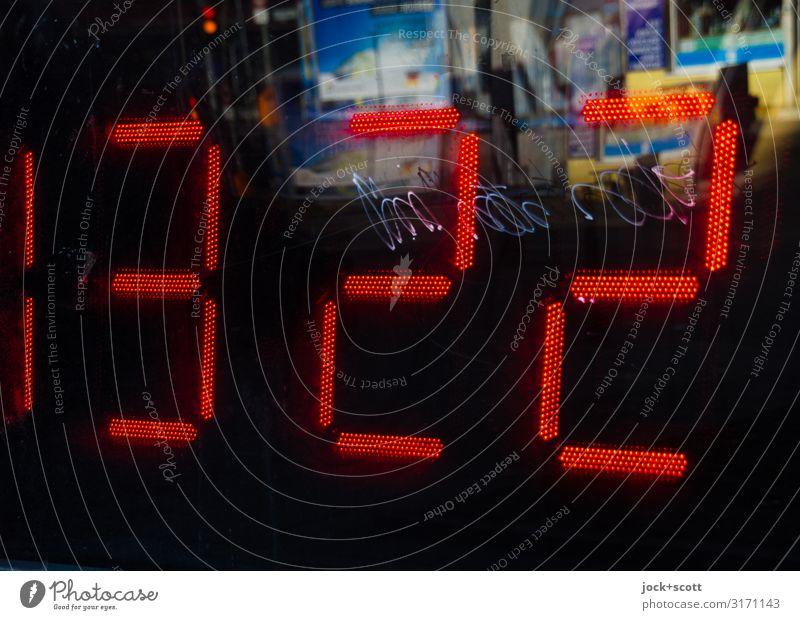 unscharf um 13:23 Straßenkunst Berlin-Mitte Uhrenzeiger Zeitpunkt Anzeige digital Glas Ziffern & Zahlen Schlagwort eckig groß retro rot Design skurril