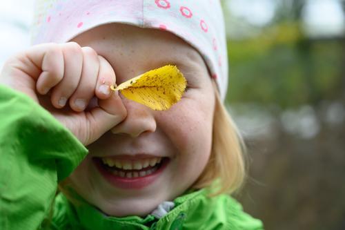 Herbstkind Kind Mädchen Gesicht lachen Lächeln Kindergarten Kindererziehung