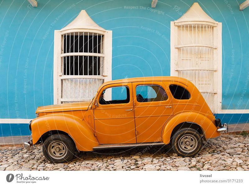alter orangefarbener Parkplatz vor dem blauen Haus, Trinidad - Kuba Lifestyle Leben Ferien & Urlaub & Reisen Tourismus Ausflug Insel Dekoration & Verzierung