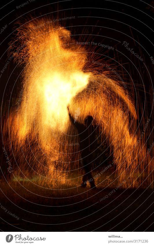 Spiel mit dem Feuer - Mensch inmitten von Funkenfeuer Silhouette heiß bedrohlich Zauberei u. Magie Urelemente Funkenregen einzigartig Feuershow Show
