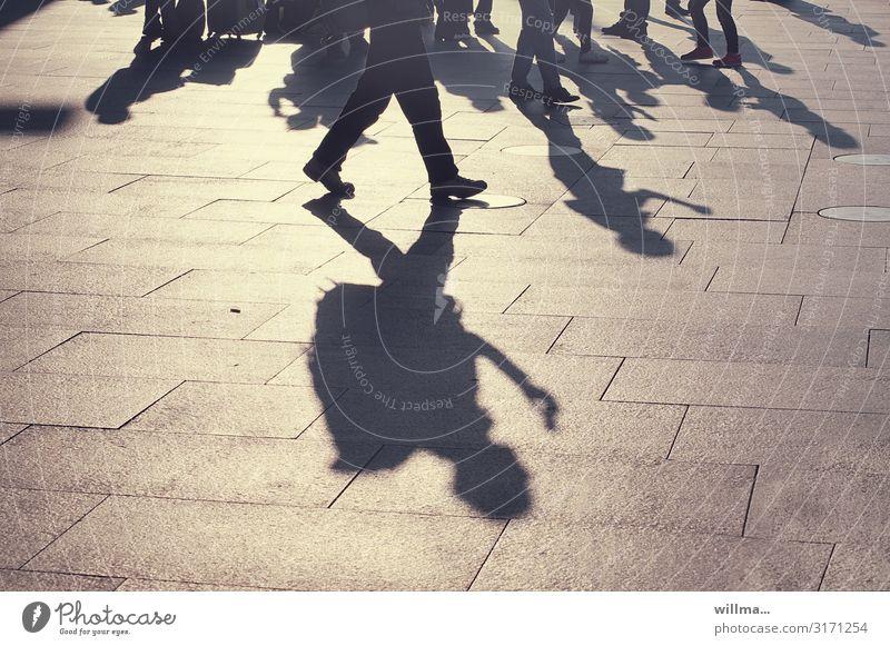 Schatten einer Menschengruppe auf einem öffentlichen Platz Business gehen stehen unterwegs Licht & Schatten Schattenspiel Tourist reisend Rucksack Koffer