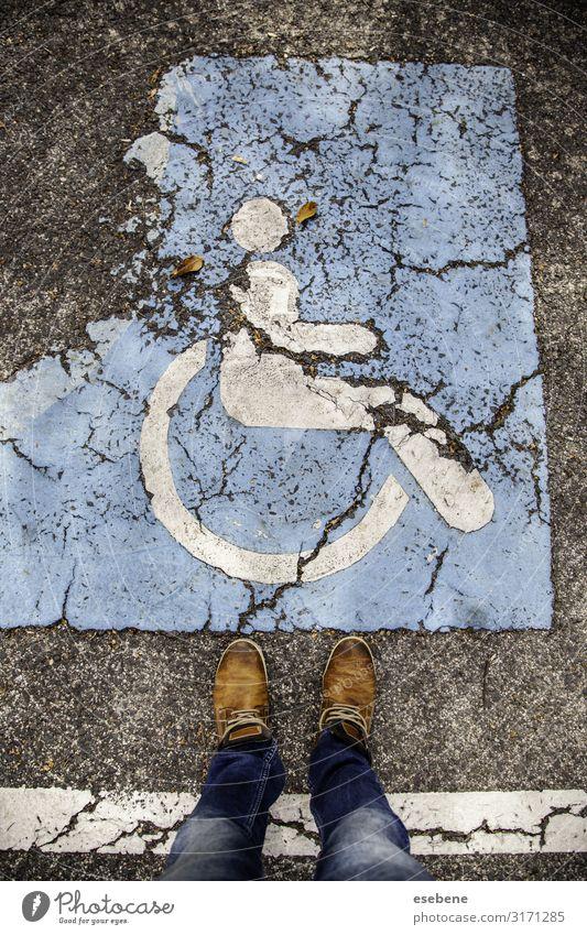 Behindertenschild auf dem Asphalt Medikament Stuhl Mensch Park Platz Verkehr Straße PKW Streifen blau weiß Sicherheit ungültig signalisieren Pflege Priorität