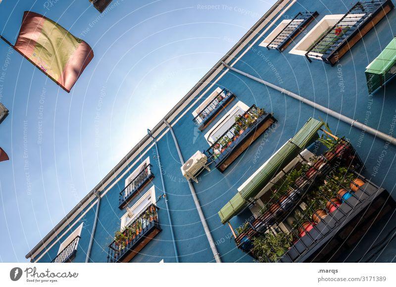 Fassade mit spanischer Flagge Froschperspektive Immobilienmarkt Stadt Altstadt Häusliches Leben Architektur Blauer Himmel Perspektive Wolkenloser Himmel