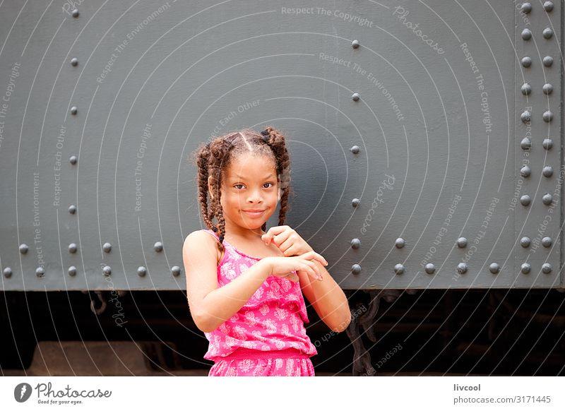 Mädchen mit Zöpfen, die in Havanna spielen - Kuba Lifestyle Stil schön Leben Spielen Ferien & Urlaub & Reisen Ausflug Insel Kind Mensch Kindheit Straße Zopf