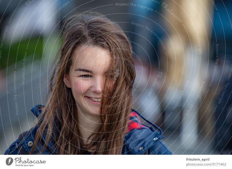 und es ist Juli(e) | UT HH2019 feminin Junge Frau Jugendliche Erwachsene Mensch 18-30 Jahre brünett langhaarig Glück Leben Lebensfreude Querformat Farbfoto