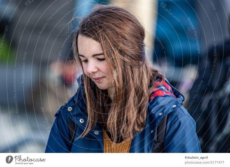 und es ist Juli(e) II | UT HH2019 feminin Junge Frau Jugendliche Erwachsene Mensch 18-30 Jahre Jacke brünett langhaarig Leben ruhig träumen Zufriedenheit