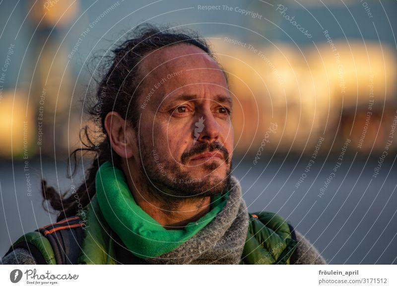 Der Mann und die Elbe | UT HH2019 maskulin Erwachsene Mensch 45-60 Jahre langhaarig schwarz Querformat Farbfoto Außenaufnahme Tag Schwache Tiefenschärfe Porträt