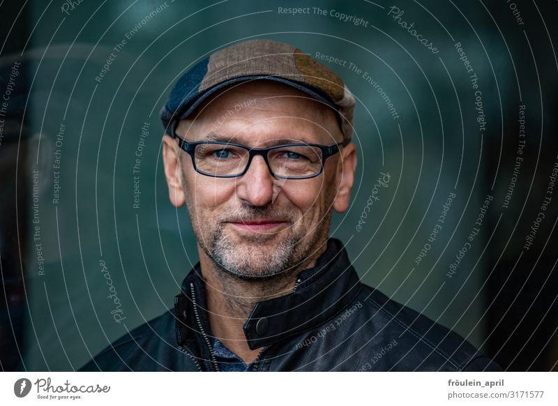 Portrait | UT HH2019 maskulin Mann Erwachsene Mensch 45-60 Jahre Brille Mütze Bart Glück Fröhlichkeit Zufriedenheit Querformat Farbfoto Gedeckte Farben