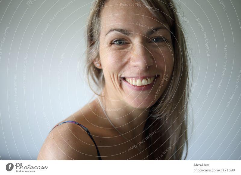Portrait einer lächelnden Frau schön Freude Gesicht Erwachsene Leben natürlich feminin Gefühle lachen Glück Stil blond Lächeln ästhetisch Fröhlichkeit