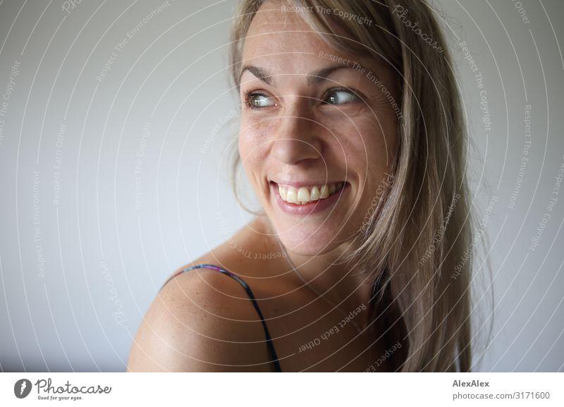 Portrait einer lächelnden Frau schön Freude Gesicht Erwachsene Leben natürlich feminin lachen Glück Stil Zufriedenheit blond Lächeln ästhetisch Fröhlichkeit