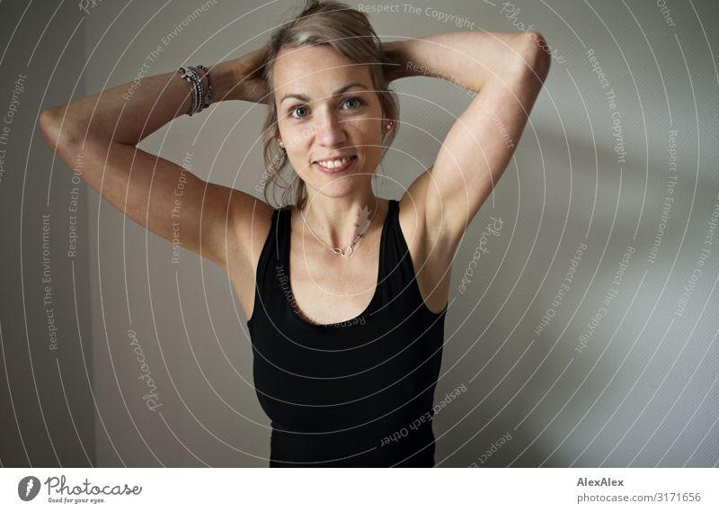 Portrait einer Frau vor weißer Wand schön Freude Gesicht Erwachsene Leben natürlich feminin Stil blond Lächeln ästhetisch Fröhlichkeit authentisch Arme