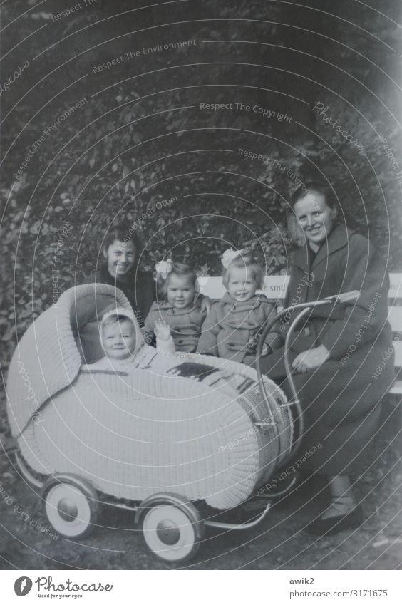 Arische Bank Freizeit & Hobby Kleinkind Mädchen Mutter Erwachsene Familie & Verwandtschaft 5 Mensch Menschengruppe Kindergruppe Baum Sträucher Park Kinderwagen