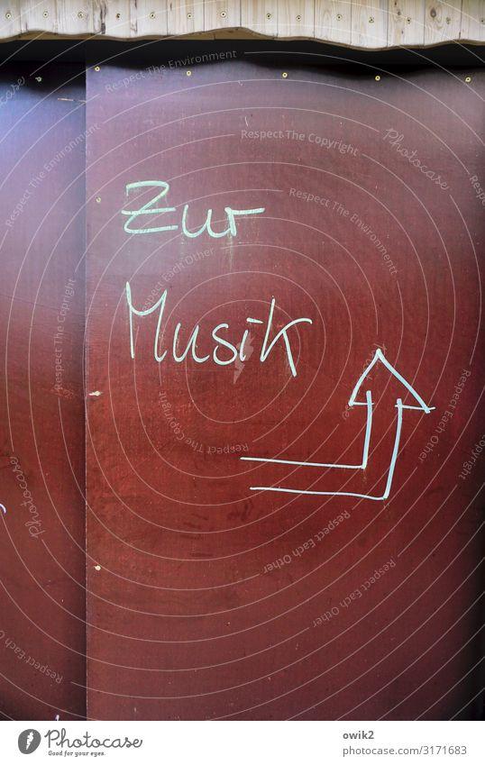 Handgemacht Kunst Kultur Musik Haus Hütte Schuppen Wand Kunststoff Zeichen Schriftzeichen Pfeil einfach Ziel Richtung richtungweisend Kritzelei Handschrift