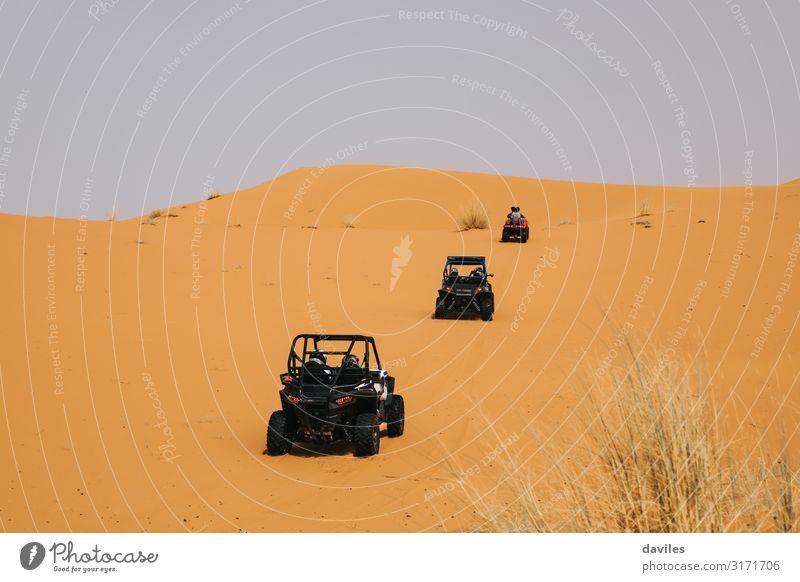 Rallye-Buggys, die die Dünen in der Wüste durchqueren. Ferien & Urlaub & Reisen Ausflug Abenteuer Safari Expedition Sport Motorsport Autorennen Natur Landschaft