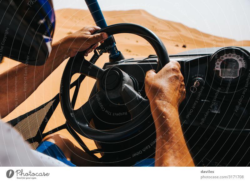 Mann fährt einen Geländewagen in der Shara-Wüste. Ferien & Urlaub & Reisen Ausflug Abenteuer Expedition Sport Motor Erwachsene Hand 1 Mensch Natur Sand Verkehr