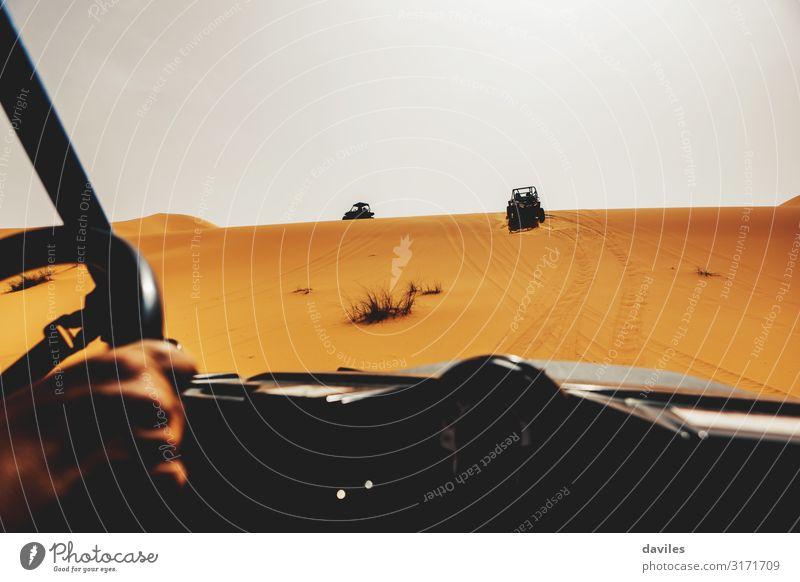 Ferien & Urlaub & Reisen Natur Mann Sommer Erwachsene Sport orange Sand Ausflug PKW Verkehr Abenteuer fahren Wüste Düne Fahrzeug