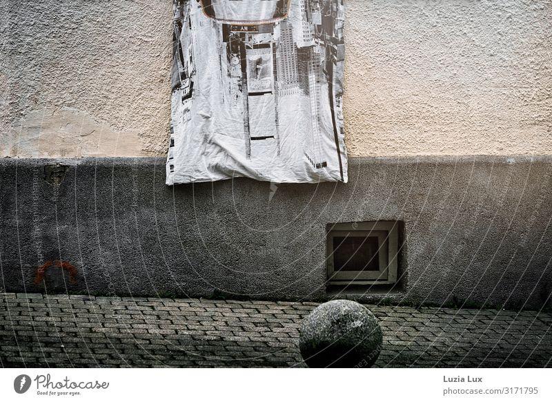 Bettdecke am Fenster harmonisch Häusliches Leben Wohnung Bettwäsche lüften Stadt Menschenleer Mauer Wand Fassade Stein grau Gedeckte Farben Außenaufnahme