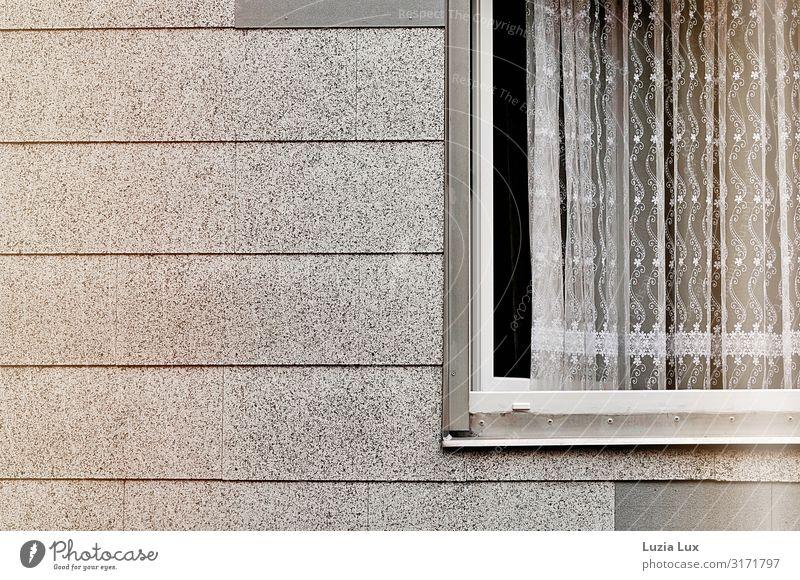 Fenster, weit offen weiß Wand Mauer Fassade grau Häusliches Leben trist zart Vorhang Gardine