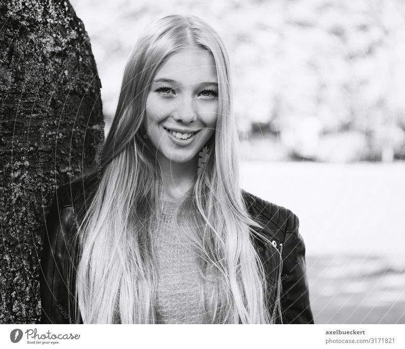 Outdoor Portrait einer jungen Frau Mensch Natur Jugendliche Junge Frau schön Baum Erholung 18-30 Jahre Lifestyle Erwachsene Frühling feminin lachen Garten