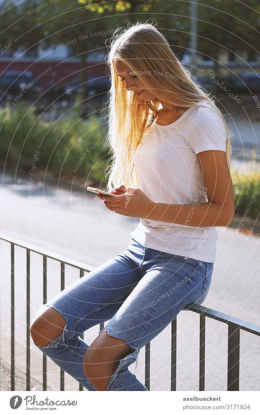 junge urbane Frau mit Smartphone-Handy auf der Straße Lifestyle Freizeit & Hobby Sommer Telefon PDA Technik & Technologie Internet Mensch feminin Junge Frau