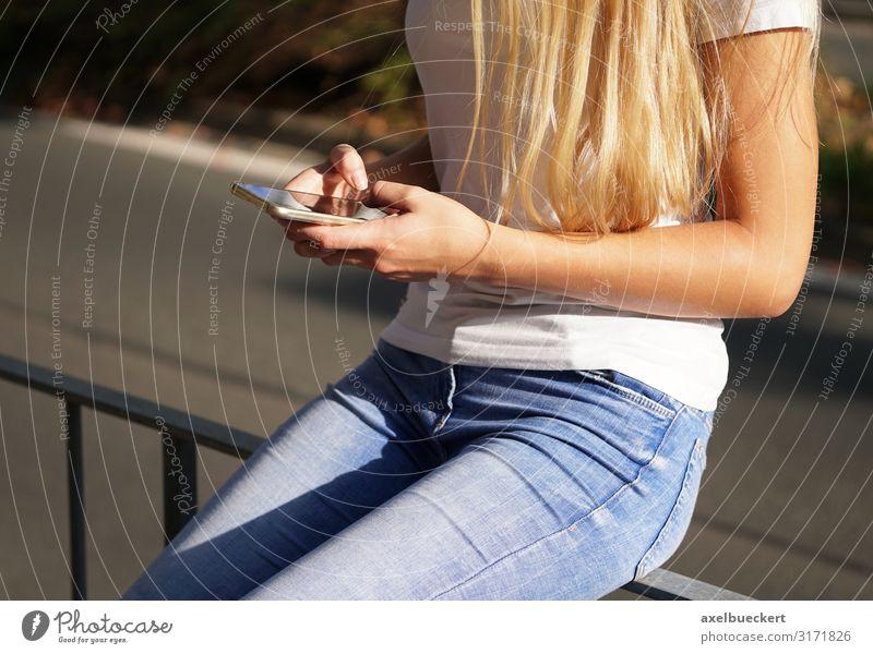 junge Frau benutzt Smartphone Handy Lifestyle Freizeit & Hobby Spielen Telefon PDA Technik & Technologie Unterhaltungselektronik Telekommunikation