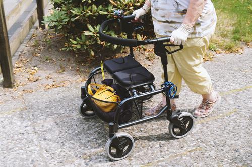 Seniorin mit Rollator Frau Mensch Sommer Lifestyle Beine Erwachsene Bewegung Gesundheitswesen Fuß gehen Technik & Technologie 60 und älter kaufen Fußweg