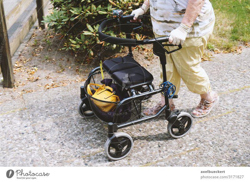 Seniorin mit Rollator Lifestyle kaufen Gesundheitswesen Sommer Technik & Technologie Mensch Frau Erwachsene Weiblicher Senior Beine Fuß 1 60 und älter