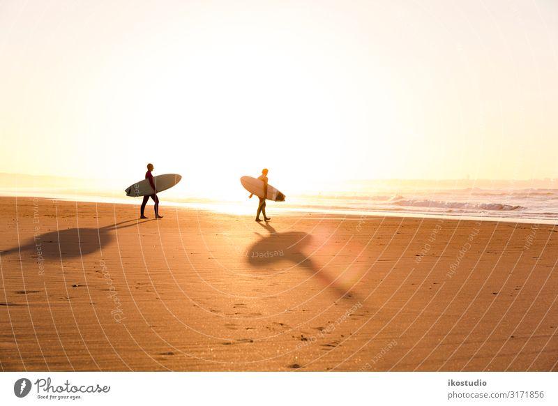 Surfer am Strand Lifestyle Stil Erholung Freizeit & Hobby Ferien & Urlaub & Reisen Sommer Meer Sport Mann Erwachsene Freundschaft Sand Himmel Küste Lächeln