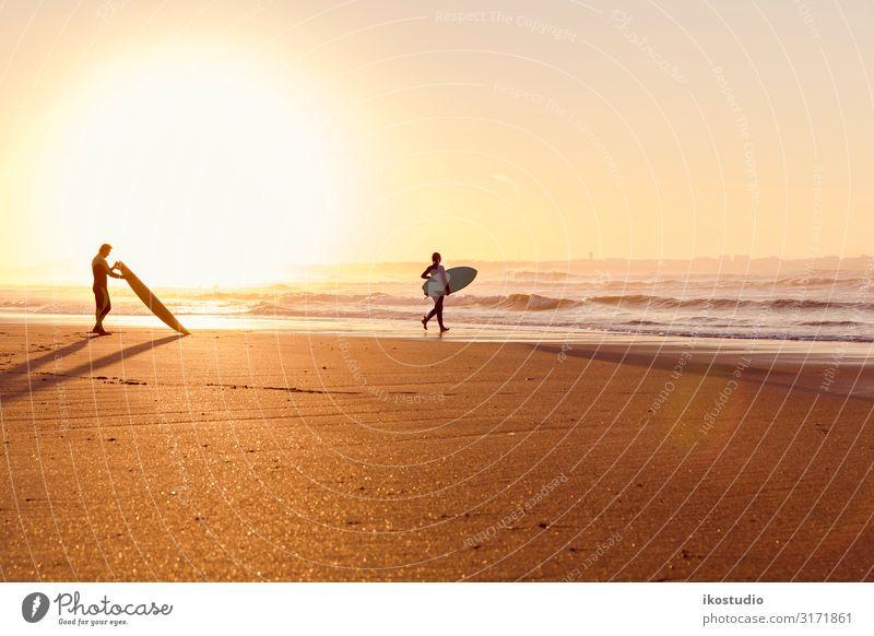 Surfer am Strand Lifestyle Stil Erholung Freizeit & Hobby Ferien & Urlaub & Reisen Sommer Meer Sport Mann Erwachsene Freundschaft Sand Himmel Küste schön Farbe