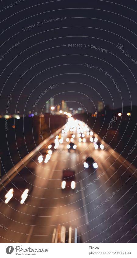 Rushhour Hauptstadt Verkehr Verkehrswege Straßenverkehr Autofahren Autobahn PKW Stress Eile Berufsverkehr Scheinwerfer Farbfoto Außenaufnahme Textfreiraum oben