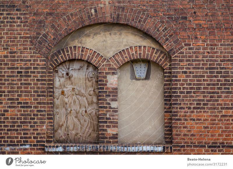 Einäugig Lifestyle Häusliches Leben Haus Hausbau Renovieren Mauer Wand Fenster Sehenswürdigkeit Zeichen atmen wählen beobachten Blick alt außergewöhnlich dunkel