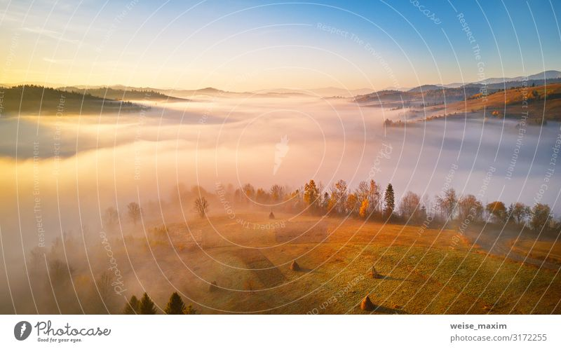 Panorama der schönen Herbstberge. Ferien & Urlaub & Reisen Tourismus Ausflug Abenteuer Ferne Freiheit Sommer Berge u. Gebirge Umwelt Natur Landschaft Luft