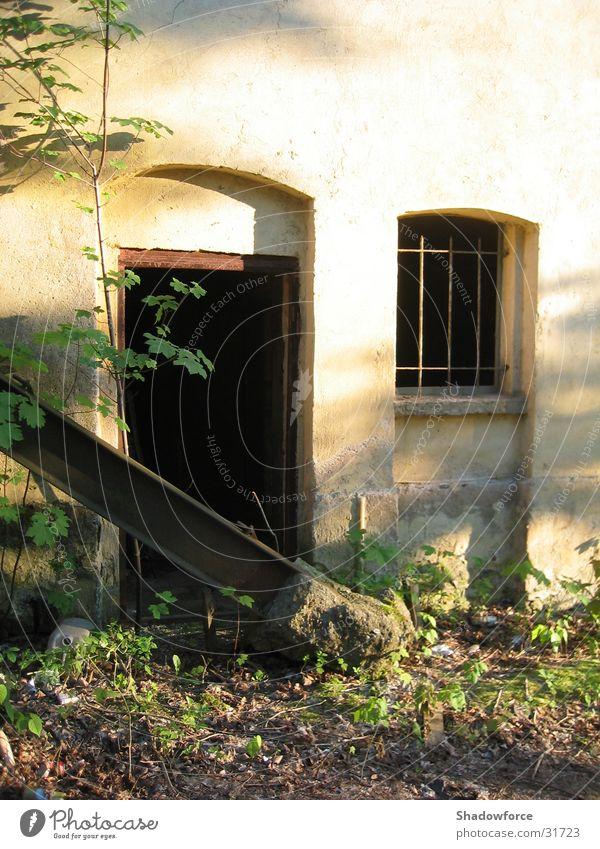 verlassen Fenster dunkel Haus Gebäude Wand Architektur Tür verfallen Einsamkeit Scheune bewachsen